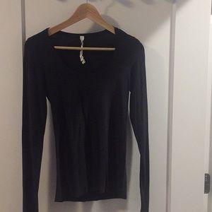 black lululemon long sleeve